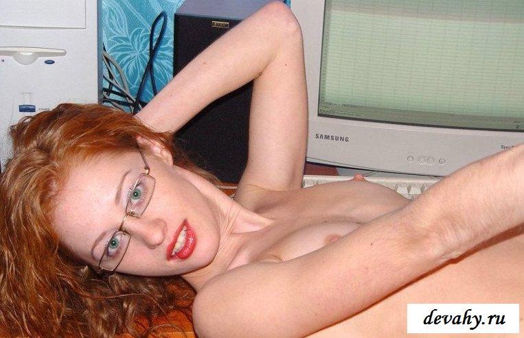 Прыщавая киска раздетой девки  (порнография)