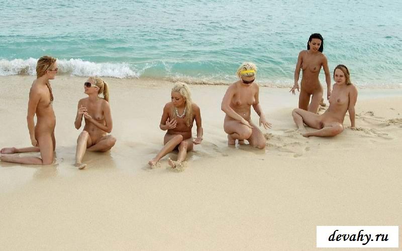 Раздетые тела тёлок на берегу моря (клубничка)