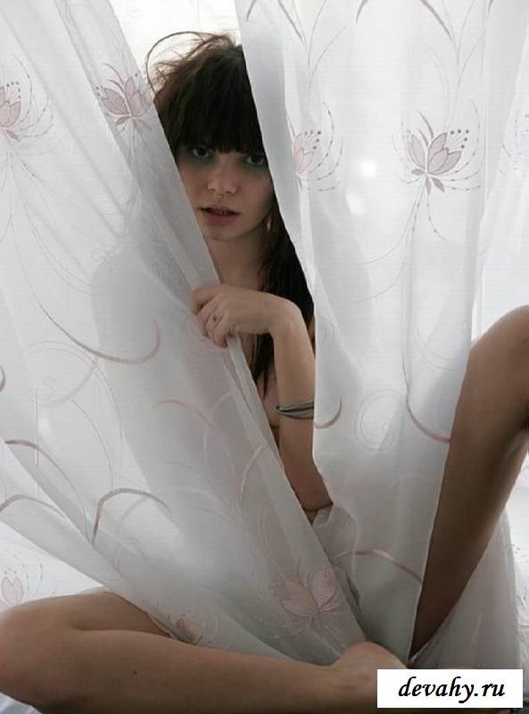 Волосатая сучка разденется на подоконнике (порнуха)
