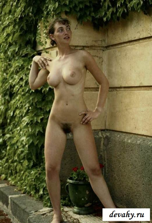 Неплохой задок обнаженной девицы (эротика)