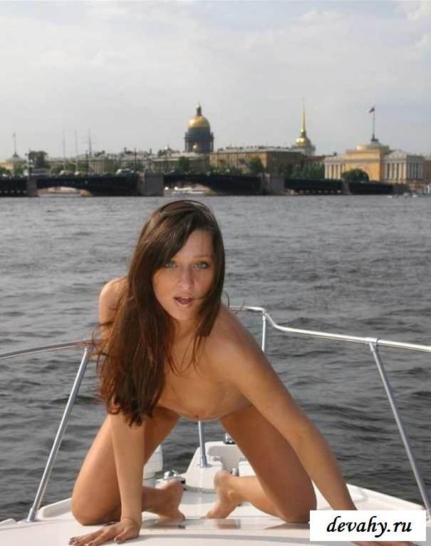Красивая обнаженная чикса на катере (15 фото эротики)