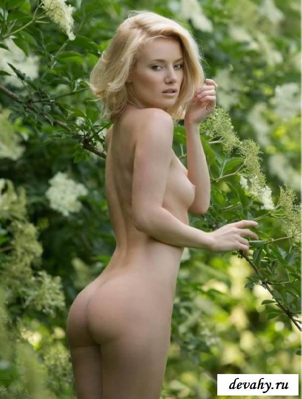 Обнаженка неистовой супермодели в саду (эротика)
