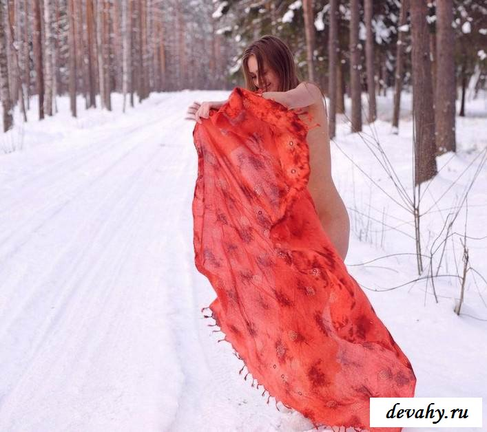 Раздетая девушка в заснеженном лесу  (15 эро фоток)