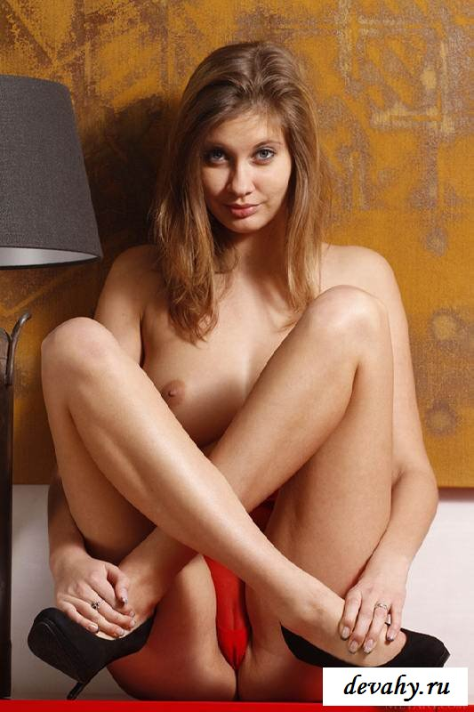 Влажная дырочка обнаженной девки (16 фото эротики)