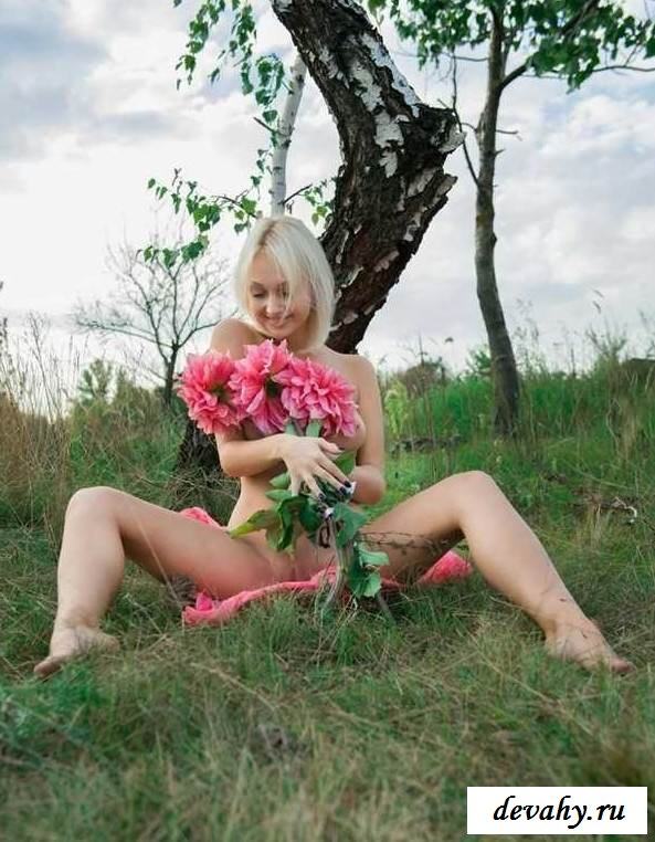 Изумительная киска раздетой блондинки (15 эротических снимков)