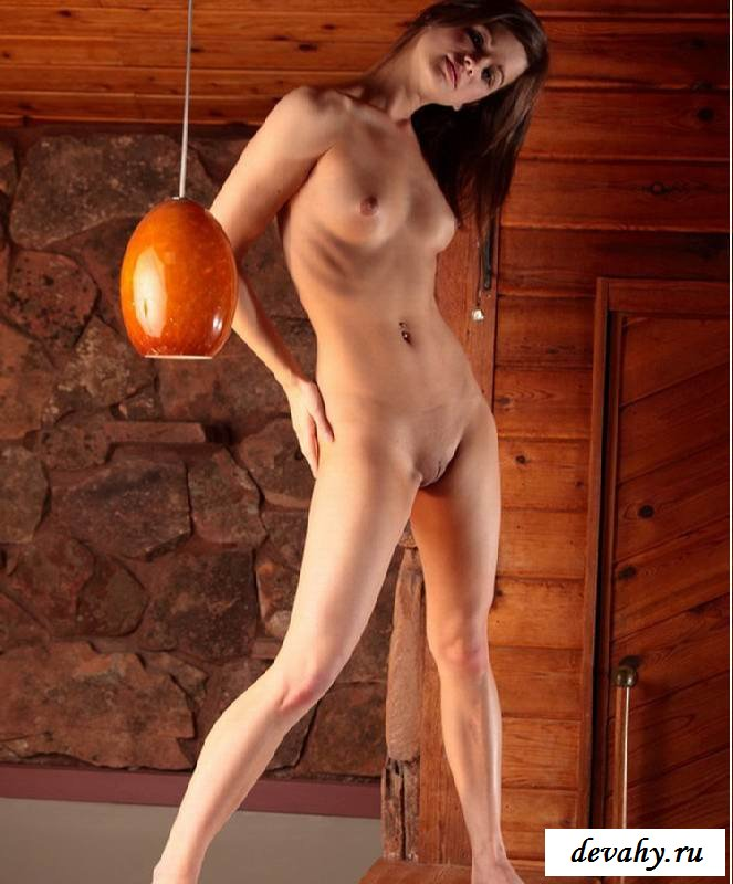 Обнаженная манда хитрой девушки на скамье  (15 фото эротики) секс фото