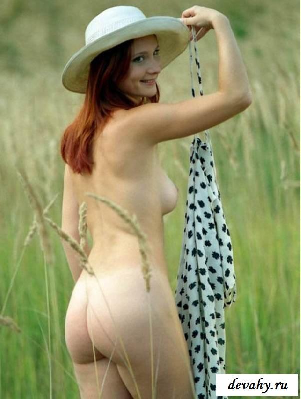 Студентка гуляет по траве обнаженной (порнушка)