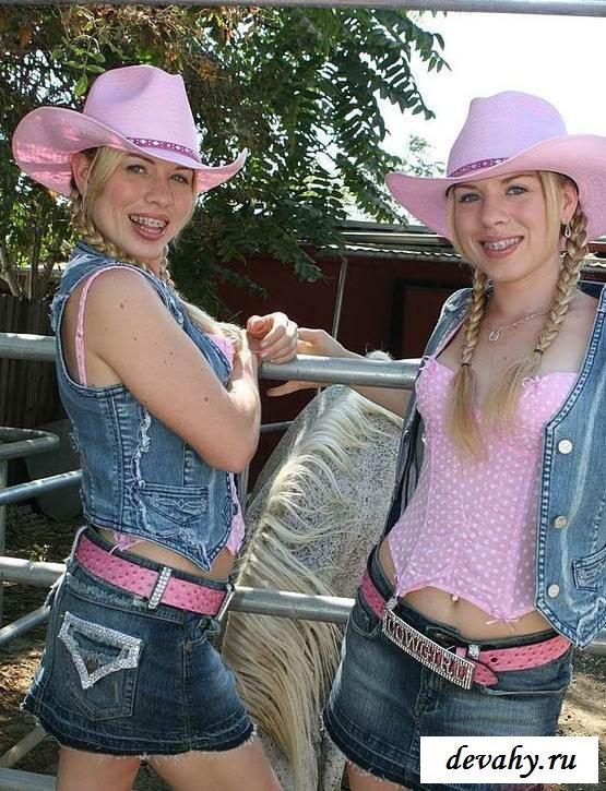 Маленькие сисечки обнаженных сестричек (эротика)