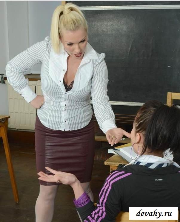 Голенькие девушки получают наказание у доски  (16 интим фото) секс фото