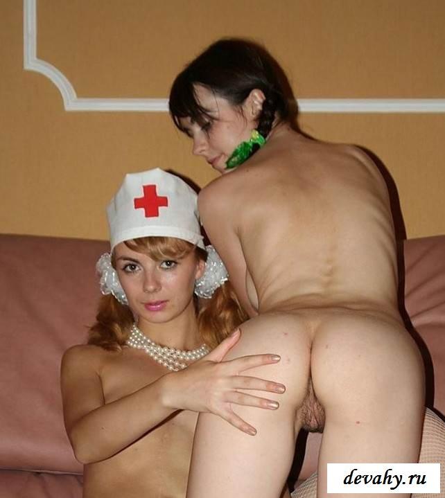 Обнаженные чувихи забавляются в ролевые игры (эротика) секс фото