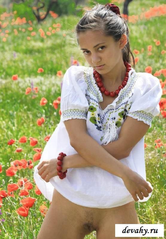 Раздетая деваха на маковом поле (15 фото эротики)
