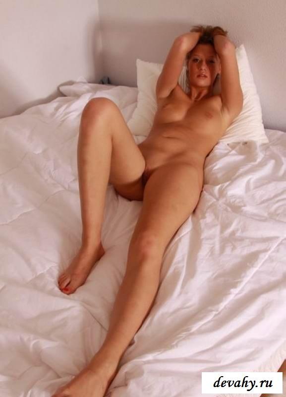 Роскошная попка голой сучки на лежаке (эротика)