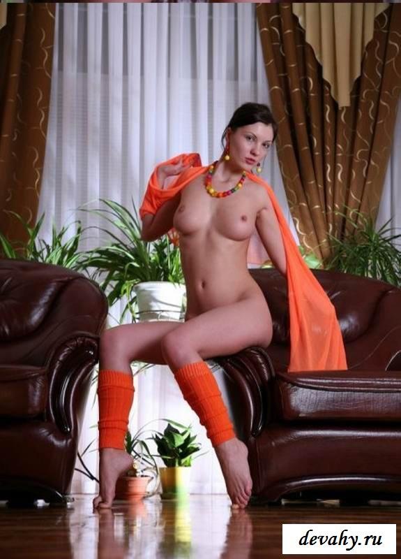Эротика роскошной девахи на кресле (эротика)