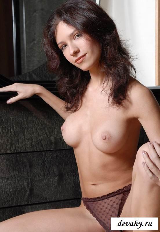 Изящная грудь голой няшки (16 фото эротики)