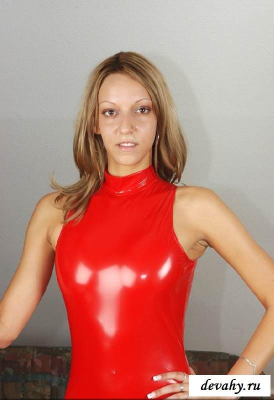 Похотливая девка покажет киску сняв костюм (15 эротичекских картинок)