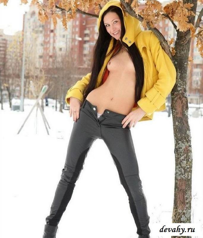 Обнаженная чика снимается на снегу (15 эротических снимков)