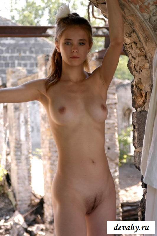 Упругие титьки голой девки на развалинах (16 фото эротики)