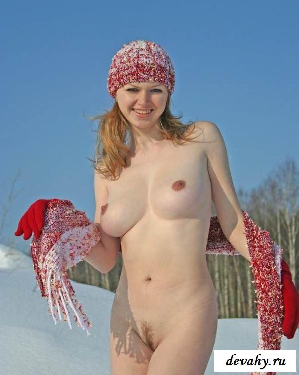 Чувиху гуляет по снегу раздетой (15 эротических снимков)