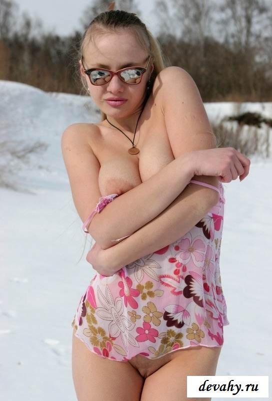 Нагая киска тёлки на снегу (15 эро фоток) секс фото