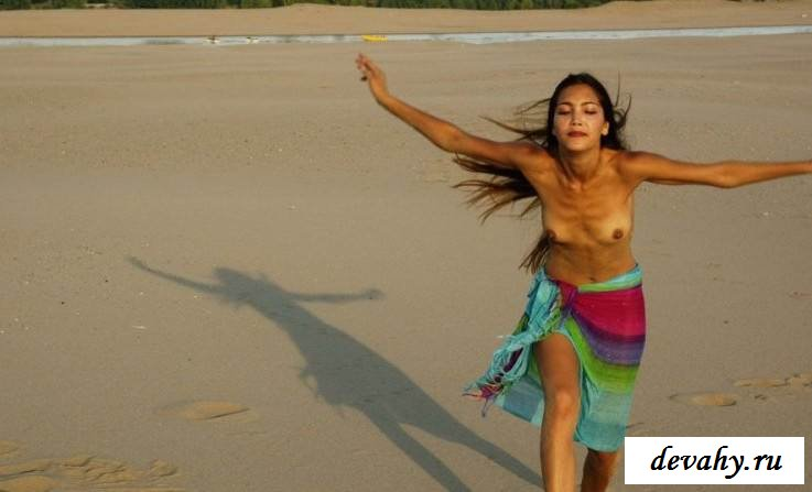 Порнография с роскошной кореянки на берегу моря  (15 эротических снимков)