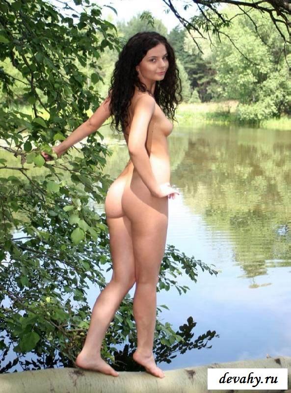 Игривая дивчина раздетая на реке (15 фото эротики)