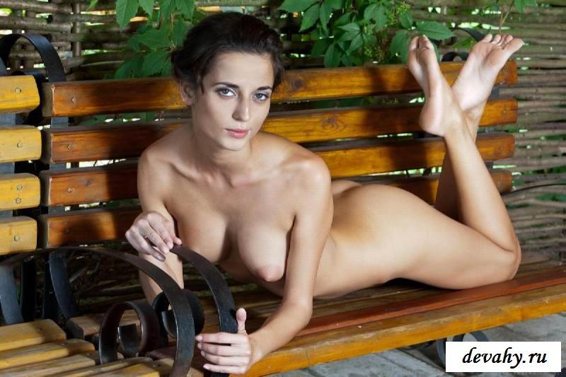 Розовая вагина голой девахи на лавочке (15 эротических снимков)