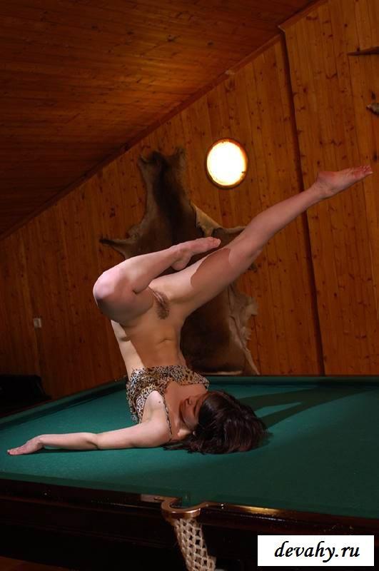 Обнаженная стриптизерша на бильярдном столе (15 фото эротики)