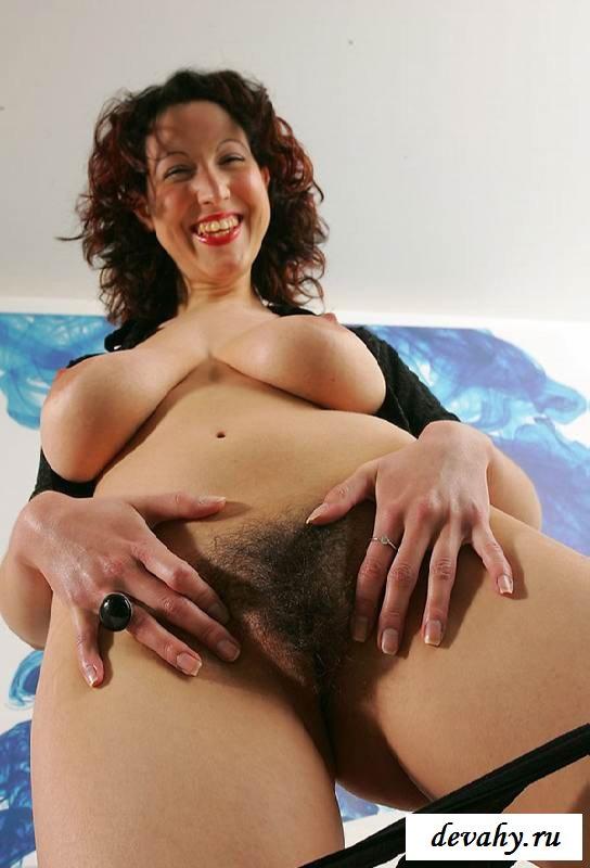 Большие сиськи и пушистая киска счастливой особы женского пола (обнаженка)