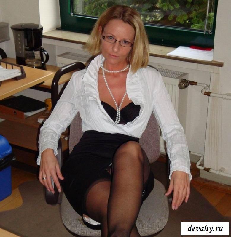 Кольцо в клиторе голой секретарши (эротика)