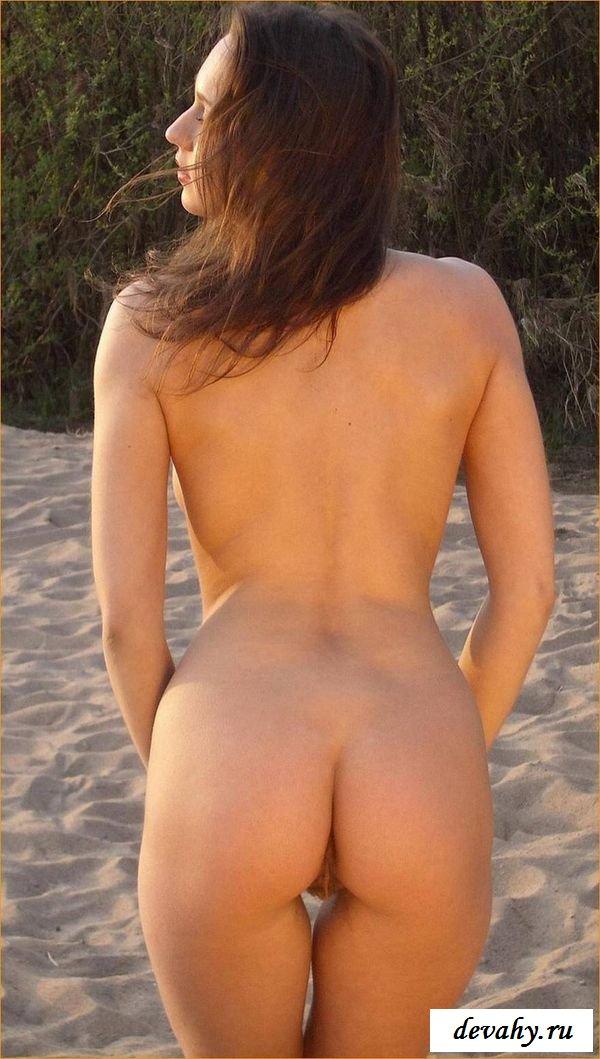 Совершеннолетняя татарочка загорает на берегу моря