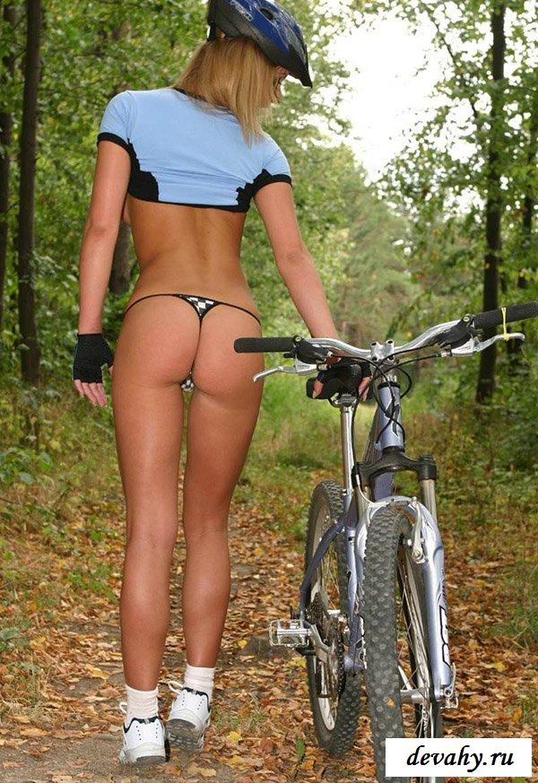 Велосипедистка с голой попкой в лесу