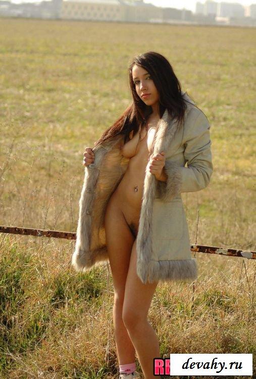 Брюнетка хорошенько теребонькает в поле