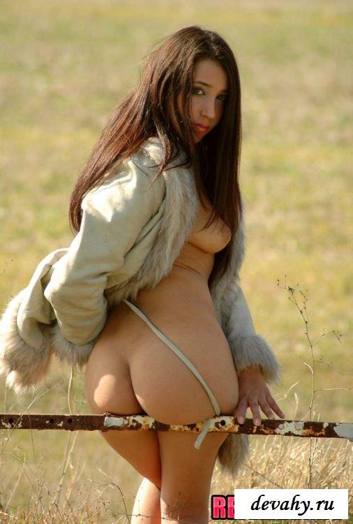Брюнетка хорошенько развратничает в поле