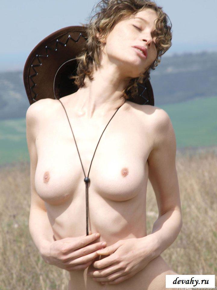 Ковбойская сучка спускает джинсы в поле
