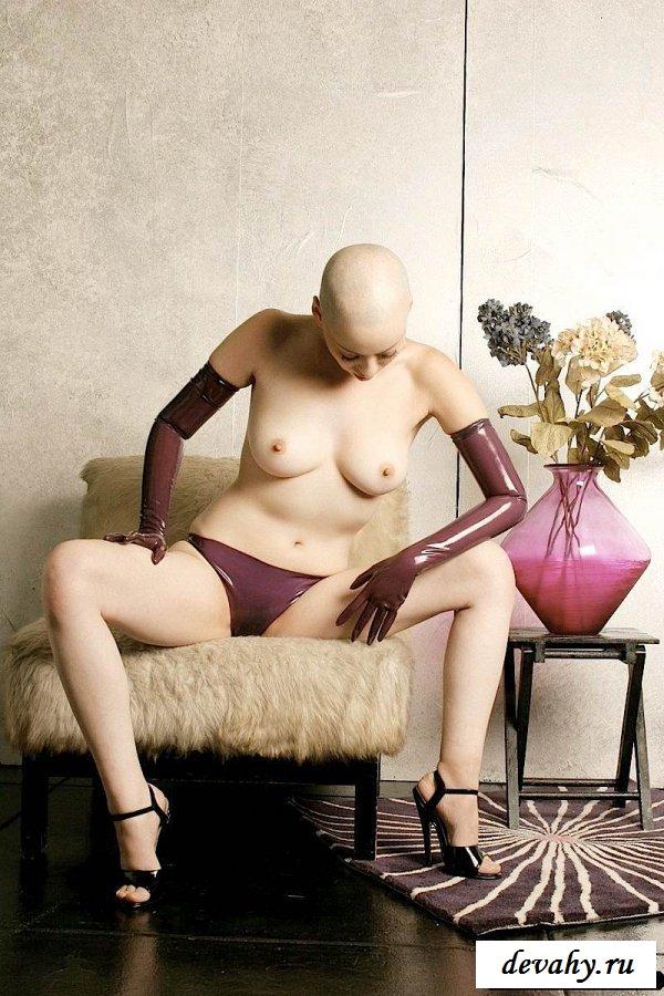 Лысая голова раздетой проказницы смотреть эротику