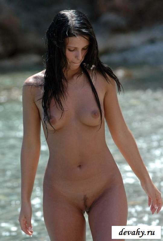 Нагое тело голой нудистки (порнушка)