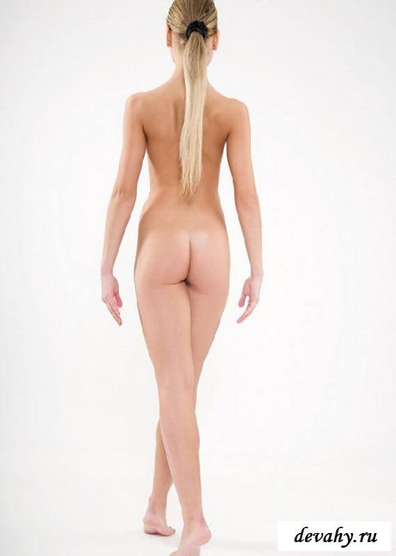 Невинная вульва обнаженной девахи в белой комнате (обнаженка)