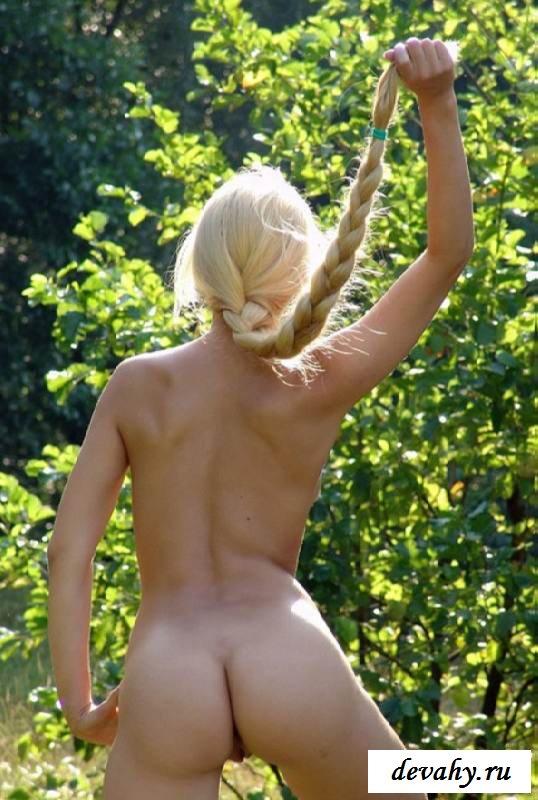 Мизерные сиськи обнаженной дамы (эротика)