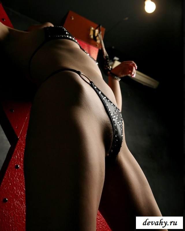 Экзотический костюм раздетой телки (16 фото эротики)