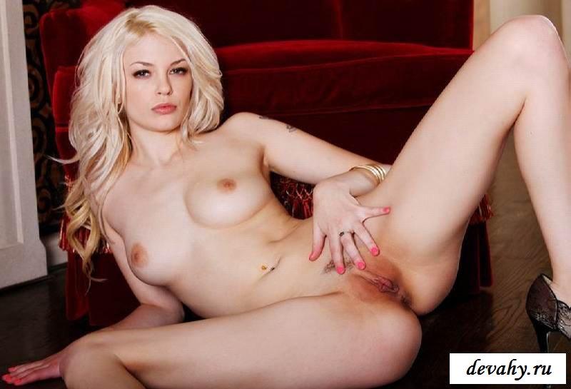 Рабочее влагалище обнаженной блондинки (15 фото эротики)