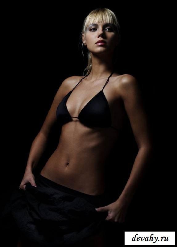 Красивая эротика блонди с привлекательной грудью (15 эротических снимков)
