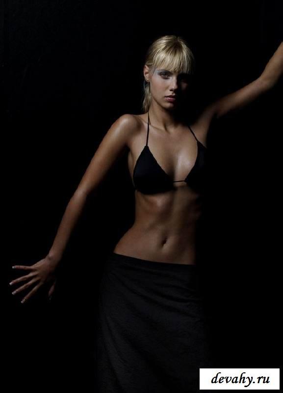 Прекрасная обнаженка блонди с крутой грудью (15 эротичекских картинок)