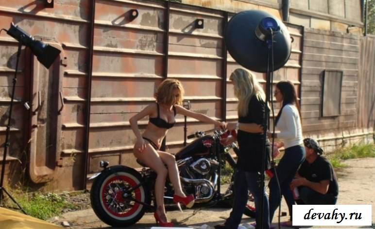 Эротика знаменитой Эрики на мотоцикле (порнуха)