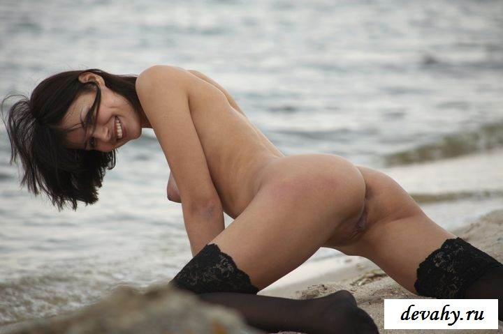 Голая девчонка в чулках на пляже (15 фото эротики)