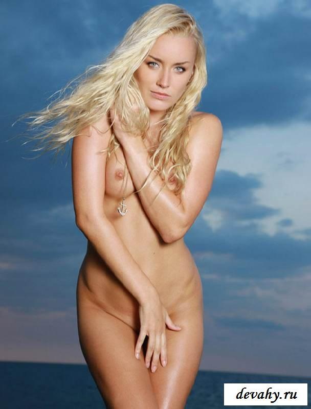 Голая блонди с роскошной задницей на пляже (15 эро фоток)