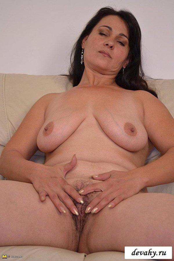 Вульгарные позы мадам на диване