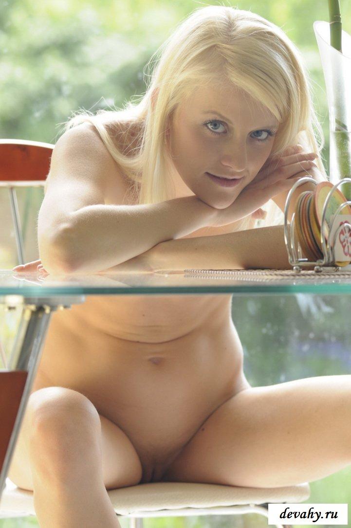 Блондинка показывает пошлый отдых за столом