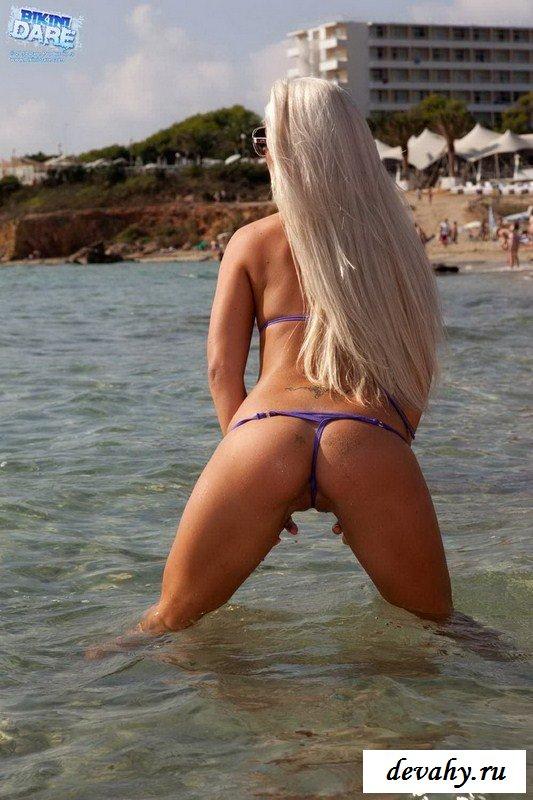 Безупречная Candy blond на пляже