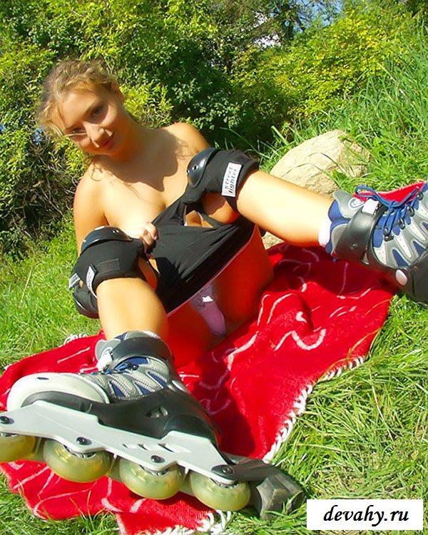 Обнаженная спортсменка катается без стрингов на роликах