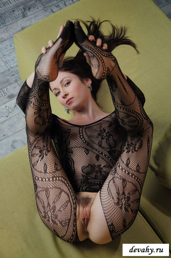 Темненькая девушка с пикантным вырезом на колготках